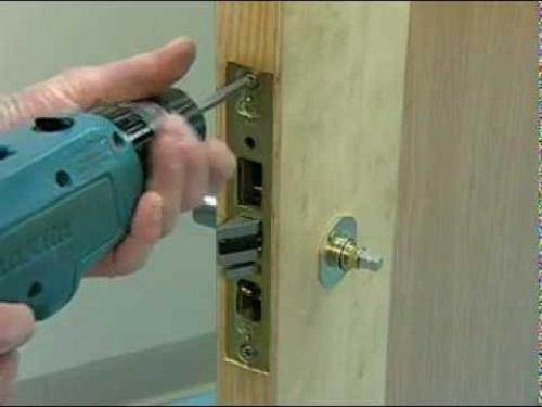 Tháo ổ khóa ra khỏi cửa nhanh nhất